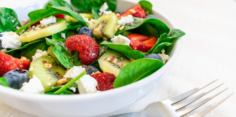 Recipes at ildiva.com - Spinach Salad with Berries, Kiwi and Goat Cheese
